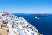 Schöne Aussicht auf das Meer und den Vulkan von fira — Stockfoto