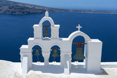 White Curch With Cross And Bells In Oia, Santorini, Greece — Stock Photo