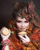 ケーキでスタイリッシュな女性 — ストック写真