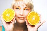 Vrouw met sinaasappelen — Stockfoto