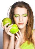 молодая женщина с зеленым яблоком — Стоковое фото