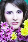 Femme avec des chrysanthèmes — Photo