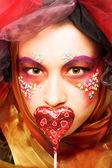 Jovem mulher com chocolate — Foto Stock