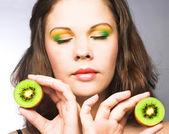 Kobieta z owocami — Zdjęcie stockowe