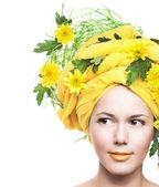 Flicka och gula blommor — Stockfoto