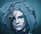 Jovem mulher com penas de pavão — Foto Stock