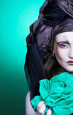 женщина и зеленой ткани — Стоковое фото