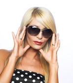 Jeune femme à lunettes de soleil — Photo
