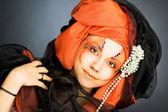 黒とオレンジ色のターバンで若い女性 — ストック写真