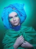 Giovane donna in turbante blu — Foto Stock