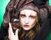 Молодая женщина и кафе семена — Стоковое фото