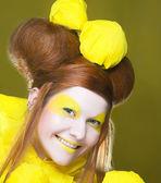 Ragazza in giallo. — Foto Stock