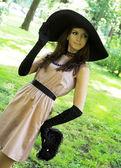 戴着黑色帽子的年轻女人 — 图库照片