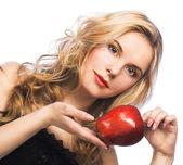 девушка с красным яблоком — Стоковое фото
