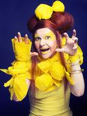 девушка в желтом. — Стоковое фото