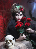 Vrouw met rozen en schedel — Stockfoto