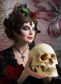 Žena s růžemi a lebky — Stock fotografie