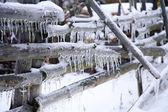 Buz sarkıtları ile çit — Stok fotoğraf