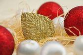 Vánoční přání s míčky a zlacení — Stock fotografie