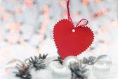 Noel kartı ile kalp, topları, çam ağaçları ve bokeh — Stok fotoğraf