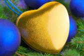 Carte de noël avec coeur, boules et épinette brindille — Photo