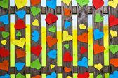 ハートのフェンスを愛する多くの色のバレンタインの日の紙 — ストック写真