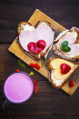 Heart sandwich shape wood board peppers food buttermilk — Foto de Stock