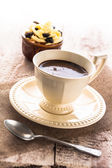 Tavola di legno dolce cremoso dolce nera la tazza da caffè — Foto Stock