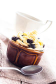 Kremalı tatlı tatlı kahve fincan siyah ahşap tahta — Stok fotoğraf