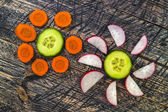 Flowers flower vegetable early board wooden carrots cucumber lee — Foto Stock