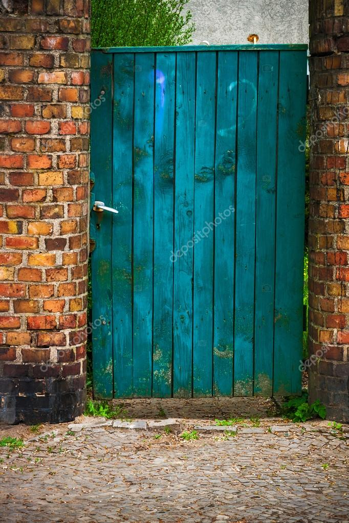 porte portillon porte en bois vieux mur brique rouge photographie yotka 27924721. Black Bedroom Furniture Sets. Home Design Ideas