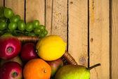 ヴィンテージの木製秋食品自然を背景のフルーツ — ストック写真