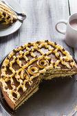 Scheibe schweiß kuchen sahne holztisch board weiß — Stockfoto