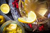 Likér alkoholu kdoule nakrájené ovoce nádoby dřevěné poháry — Stock fotografie