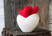 2 つの赤いハート小枝ホワイト ボード カップ — ストック写真