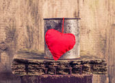 Heart hung rusty tin — ストック写真