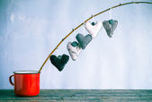 Heart hanging twig red cup — ストック写真