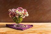 Still life bouquet daisies wooden table — 图库照片