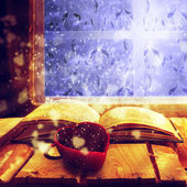 Otevřít staré knize kouzelná šálek kávy — Stock fotografie