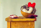 Heart filling coconut shell table — Stock fotografie