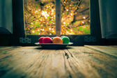 Colored eggs wooden table rural hut — Foto Stock