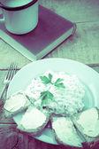 Süzme peynir ekmek fincan taze süt vintage — Stok fotoğraf