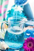 Preparação relaxante spa banho despejando sal aromático — Foto Stock