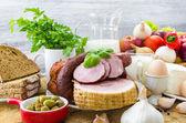 Kompozisyon çeşitli bakkal ürünleri et süt — Stok fotoğraf
