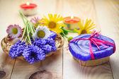 Mesa de madeira de flores de sabonete artesanal — Foto Stock