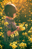 Little girl rape field bouquet hand — Stockfoto