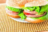 Plate hamburgers wooden mat — Stock Photo