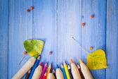 Antika arka plan renkli kalemler sonbahar meyve mavi masa — Stok fotoğraf