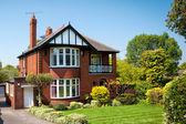 типичный английский дом с садом — Стоковое фото