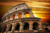 日の出のローマ時代のコロシアム — ストック写真